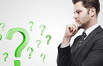 homme-affaires-se-pose-des-questions